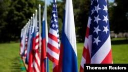 Banderas de Estados Unidos y Suiza en el jardín frente a la villa La Grange, un día antes de la reunión del presidente estadounidense Joe Biden y el presidente ruso Vladimir Putin en Ginebra.