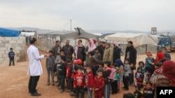 Lekar razgovara sa izbeglicama u kampu Atme, u severozapadnoj sirijskoj provinciji Idlib, 14. marta 2020.