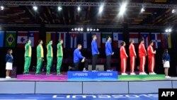 El esgrimista estadounidense Race Imboden se arrodilla durante el himno nacional en la ceremonia de entrega de medallas del Equipo de florete masculino en Esgrima, durante los Juegos Panamericanos de Lima, Perú, el 9 de agosto de 2019.