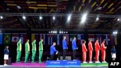 ນັກຟັນດາບ ຊາວອາເມຣິກັນ ທ້າວເຣສ ອິມໂບເດັນ Race Imboden (ຜູ້ທີ 4 ຈາກຊ້າຍ) ຄູ້ເຂົ່າຂ້າງນຶ່ງລົງ ໃນລະຫວ່າງ ພິທີມອບຫຼຽນຄຳ ສຳລັບທີມຟັນດາບຊາຍ ຢູ່ທີ່ສູນກາງປະຊຸມ ຂອງລີມາ ໃນລະຫວ່າງ ການແຂ່າງຂັນກິລາ Pan American Games Lima 2019, ໃນນະຄອນຫຼວງ ລີມາ ຂອງປະເທດເປຣູ, ວັນທີ 09 ສິງຫາ 2019.