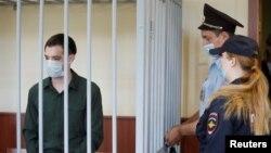 Ish-marinsi amerikan Trevor Reed, i arrestuar në vitin 2019, qëndron brenda kafazit në gjyq (Moskë, 30 korrik 2020).