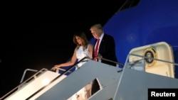 Air Force One ေလယာဥ္ေပၚက ဆင္းလာတဲ့ အေမရိကန္သမၼတ Donald Trump နဲ႔ သမၼတကေတာ္ Melania Trump. (ဇူလုိင္ ၄၊ ၂၀၂၀)