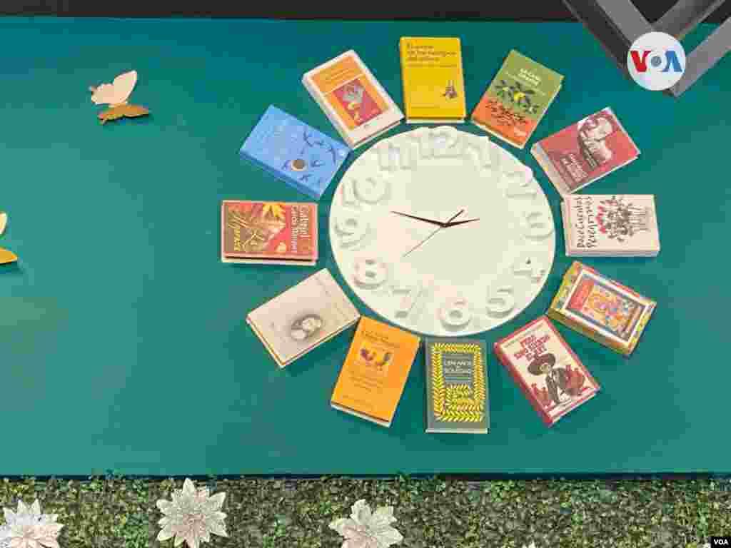 En el restaurante Amaranta - unos de los personajes de la obra de 'Gabo'- se encuentra este particular reloj con las obras del Nobel colombiano.
