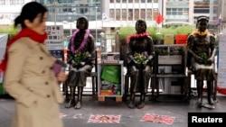 """ພວກຮູບປັ້ນຂອງພວກແມ່ຍິງ ທີ່ເອີ້ນວ່າ """"ນາງບຳເລີ ຫຼື comfort women"""" ແມ່ນຈັດວາງສະແດງທີ່ກົງສຸນຍີ່ປຸ່ນ ຊຶ່ງຈັດສະຫຼອງຄົບຮອບ 80 ປີ ຂອງການສັງຫານໝູ່ທີ່ Nanjing, ໃນຮົງກົງ, 13 ທັນວາ 2017."""