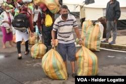 Un hombre carga con sus enseres en las inmediaciones de la frontera con Venezuela, en Cúcuta.