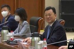 在美国副国务卿谢尔曼抵达天津滨海一号酒店前,中国外交部副部长谢锋在会场等候。(2021年7月26日)