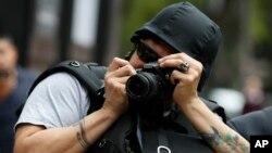 Un fotógrafo con un casco potector durante una protesta por los asesinatos de periodistas en México el 21 de agosto de 2019.