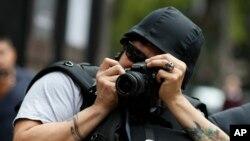 Un fotógrafo con un casco protector durante una protesta por los asesinatos de periodistas en México el 21 de agosto de 2019.