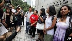 Dolores Balladares (dua dari kiri), ketua United Filipinos di Hong Kong, beserta pekerja migran lain dalam suatu jumpa pers. (Foto: Dok)