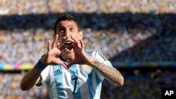 Cầu thủ Angel di Maria của Argentina vui mừng sau khi ghi bàn trong trận đấu với đội Thụy Sĩ, 1/7/14