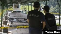 예비군 총기 난사 사건 발생 다음 날인 14일 서울 내곡동 예비군훈련장 내 사고현장인 예비군사격장을 군 관계자가 공개하고 있다.