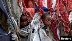 Các trẻ em tạm ngụ trong lều trại ở mạn nam thủ đô Mogadishu của Somalia, 19/8/13