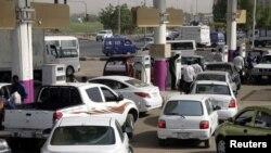 Warga Khartoum antri untuk mengisi bensin (21/6). Baru-baru ini warga Khartoum yang berunjuk rasa menentang kebijakan anggaran keuangan pemerintah Sudan bentrok dengan pihak berwenang setempat.