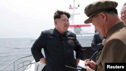 Lãnh tụ Bắc Triều Tiên Kim Jong Un giám sát một vụ phóng thử một phi đạn đạn đạo từ tàu ngầm. (Ảnh do hãng thông tấn KCNA phát hành ngày 9/5/2015).