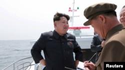 북한 김정은 국방위원회 제1위원장(왼쪽)이 전략잠수함 탄도탄수중시험발사를 참관했다고 조선중앙통신이 지난달 9일 보도했다. (자료사진)