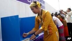 မဲေပးနည္းစနစ္ သရုပ္ျပေနတဲ့ ရွမ္းျပည္သူ။ (၂၀၁၀)