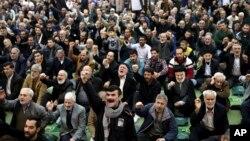 Jamaah shalat Jumat di Teheran meneriakkan dukungan kepada pemerintah Iran, Jumat (5/1).