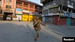 Seorang polisi India tengah berpatroli di wilayah Srinagar (Foto: dok). Seorang tentara Pakistan ditembak mati oleh pasukan India di perbatasan de facto di kawasan Kashmir yang disengketakan, Kamis (14/2).