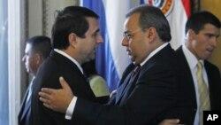 El presidente del Parlamento de Paraguay, Jorge Oviedo Matto, abraza al presidente de la república, Federico Franco, durante la toma de posesión del segundo. Oviedo denunció que un hermano de Chávez ofreció dinero a cambio del voto favorable de Paraguay p