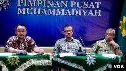 Dari kiri: DR Abdul Mu'ti (sekretaris Umum), DR Haedar Nashir (Ketua Umum) dan DR Busyro Muqodas (ketua bidang Hukum dan HAM) Pengurus Pusat Muhammadiyah Kamis (14/1) di Yogyakarta mengecam keras pemboman di Jakarta (VOA/Munarsih).
