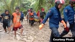 Tim SAR Gabungan mengevakuasi jenazah korban banjir bandang di Luwu Utara, Sulawesi Selatan, 16 Juli 2020. (Foto : Basarnas Makassar)