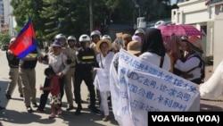 戈公省居民在位于首都金边的中国大使馆前,抗议中国公司优联集团在当地进行土地开发。(2019年8月21日)