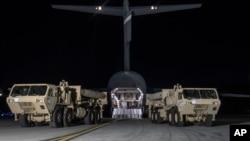 载有美国高空防御(萨德)系统到达韩国平泽的奧桑空軍基地(2017年3月6日)