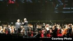 Andrea Boceli và Nhạc trưởng Eugene Kohn (Ảnh: Olivier Glassey-Trầnguyễn)