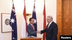 Presiden Joko Widodo dan Perdana Menteri Australia Scott Morrison bersalaman di Parliament House di Canberra, Australia, 10 Februari 2020.