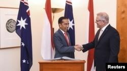 Presiden Joko Widodo (kiri) berjabat tangan dengan PM Australia Scott Morrison di Gedung Parlemen di Canberra, Australia, 10 Februari 2020.