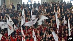 ພວກສະໜັບສະໜູນພັກ Democratic Party of Kosova ຂອງ ນາຍົກລັດຖະມົນຕີ Hashim Thaci ໃນທີ່ຊຸມນຸມໂຄສະນາຫາສຽງ ແຫ່ງນຶ່ງ. ວັນທີ 09 ທັນວາ 2010.