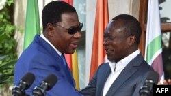 L'ancien président béninois Thomas Yayi Boni (à gauche) embrasse son successeur Patrice Talon à la suite d'une réunion de réconciliation organisée par la Côte d'Ivoire à la résidence présidentielle à Abidjan le 18 avril 2016. (Issouf Sanogo