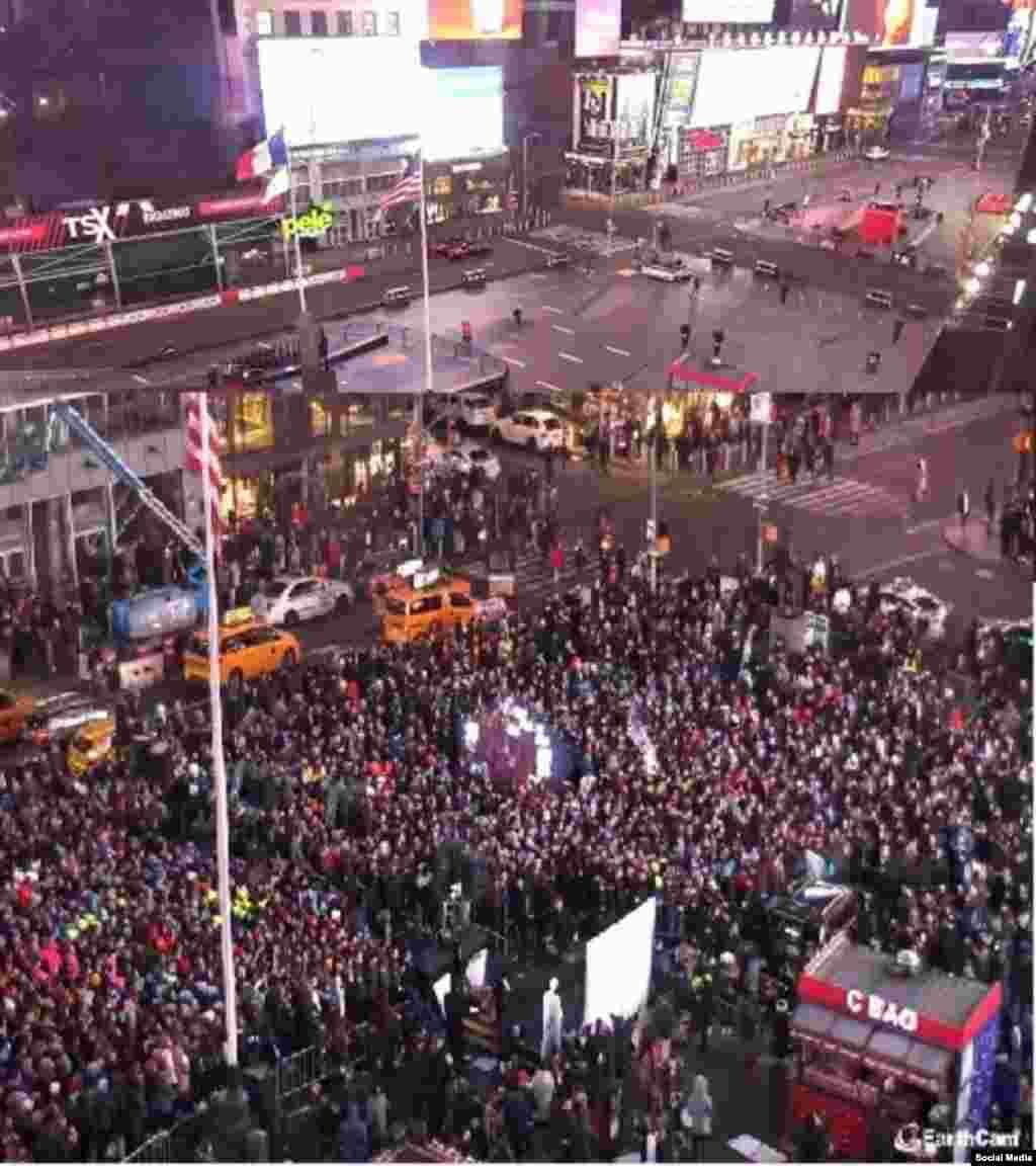 میدان مشهور تایمز سکویر در نیویارک که شبانه روز مزدحم میبود.