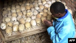 Ռուանդայում ցեղասպանությունը վերապրած անձանցից մեկը աղոթում է ցեղասպանության զոհերի մնացորդների մոտ