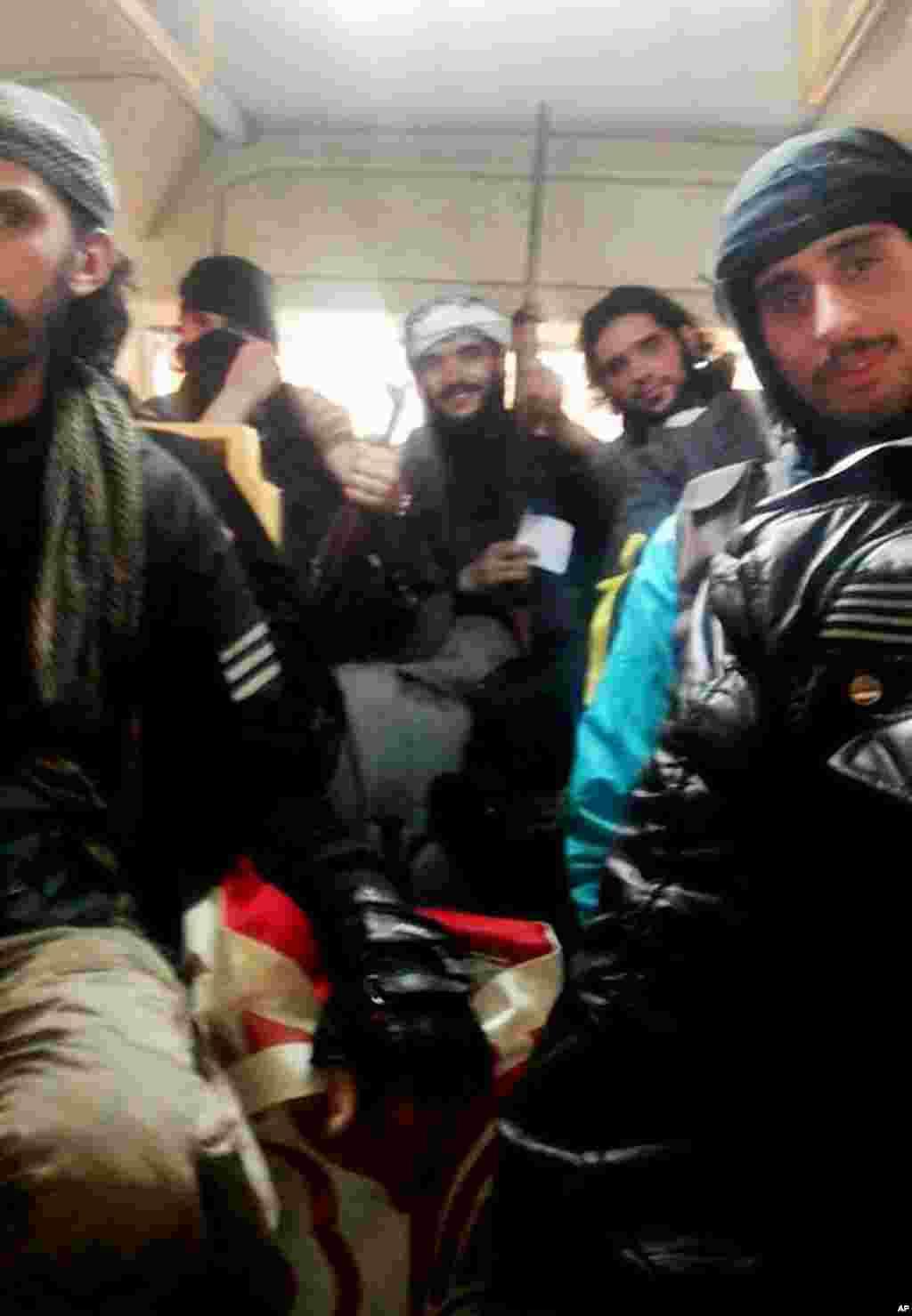 Para pejuang Tentara Pembebasan Suriah berada dalam sebuah bus, 7 Mei 2014 (Foto: AP/ Komite Koordinasi Wilayah Khalidiya di Homs).