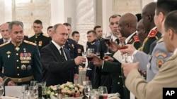 Presiden Rusia, Vladimir Putin (tengah) bersulang dengan para wisudawan akademi militer Rusia di Kremlin, Moskow, Rusia, 28 Juni 2018 (foto: Alexei Nikolsky, Sputnik, Kremlin Pool Photo via AP)