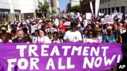 Các nhà hoạt động quyền dân sự tuần hành ở Durban, Nam Phi, vào lúc hội nghị bệnh AIDS khai mạc hôm 18/7.