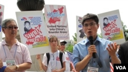 '14호 개천관리소의 탈출'의 주인공 탈북자 신동혁 씨(오른쪽)가, 지난해 7월 백악관 앞에서 열린 '북한의 자유를 위한 미주한인교회연합' 행사에 참석해 발언하고 있다. (자료사진)