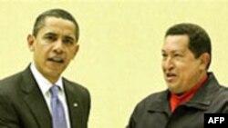 Чавес дарит Обаме книгу