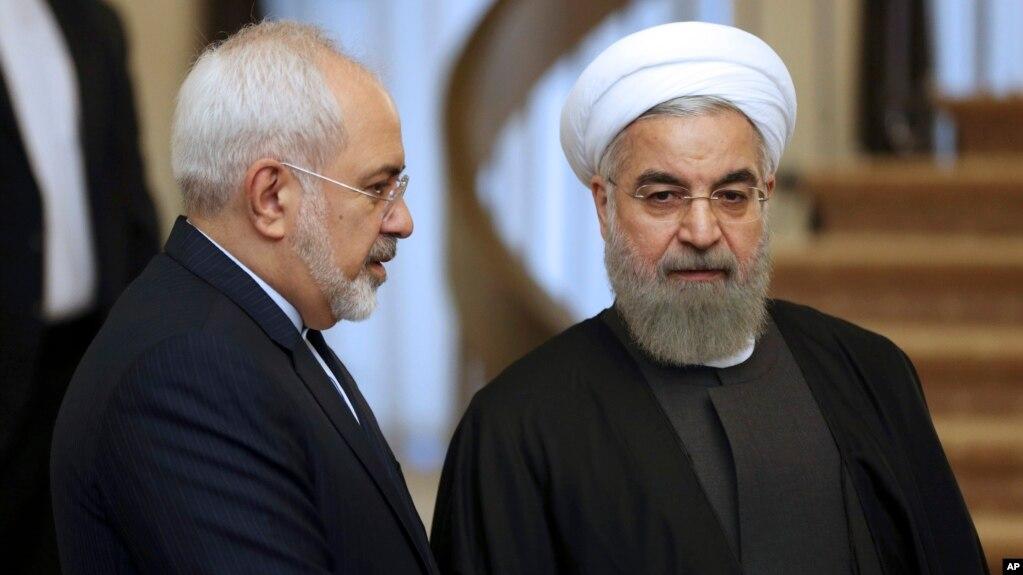 Tổng thống Iran Hassan Rouhani (phải) đang lắng nghe Ngoại trưởng Mohammad Javad Zarif trước một cuộc họp ở Tehran.