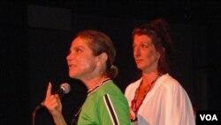 Instruktur Tovah Feldshuh dan Nancy Gair sedang memperagakan sebuah peran pada salah satu acara di International Cabaret Conference, Yale University.