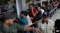Muchos venezolanos han optado por comprar de forma masiva los productos no perecederos que consiguen para asegurarlos en sus hogares.