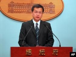 总统府发言人罗致强宣读政府因应措施