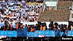 سنکیانگ میں مجرموں و مشتبہ افراد کو سرعام سزا سنانے متعلق تقریب میں ٹرکوں پر لایا جا رہا ہے۔ (فائل فوٹو)