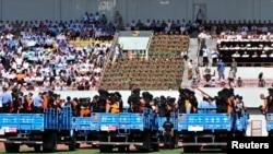 27일 신장 자치구에서 열린 '선고공판대회'에서 테러 용의자들이 트럭에 실려있다.