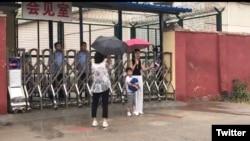 2019年6月28日,王全璋的妻子和儿子在山东临沂监狱会见室外面。(推特图片)