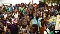 FILE - Watoto wakimbizi huko Jamhuri ya Kidemokrasia ya Congo wakiandikishwa kuchukuliwa katika makazi ya Kyangwali magharibi mwa Uganda, December 10, 2018.