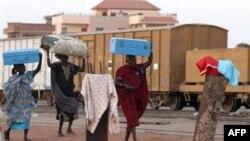 Các phụ nữ Sudan chuẩn bị lên xe lửa ở Khartoum trở về Nam Sudan
