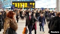 英國倫敦的滑鐵盧車站3月6日已經有人戴上口罩。