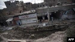 Hiện trường sau một vụ pháo kích của chính phủ Syria tại thành phố miền đông Deir Ezzor, ngày 16/2/2013.